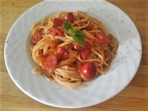 Σπαγγέτι με σάλτσα ντομάτας και βασιλικό