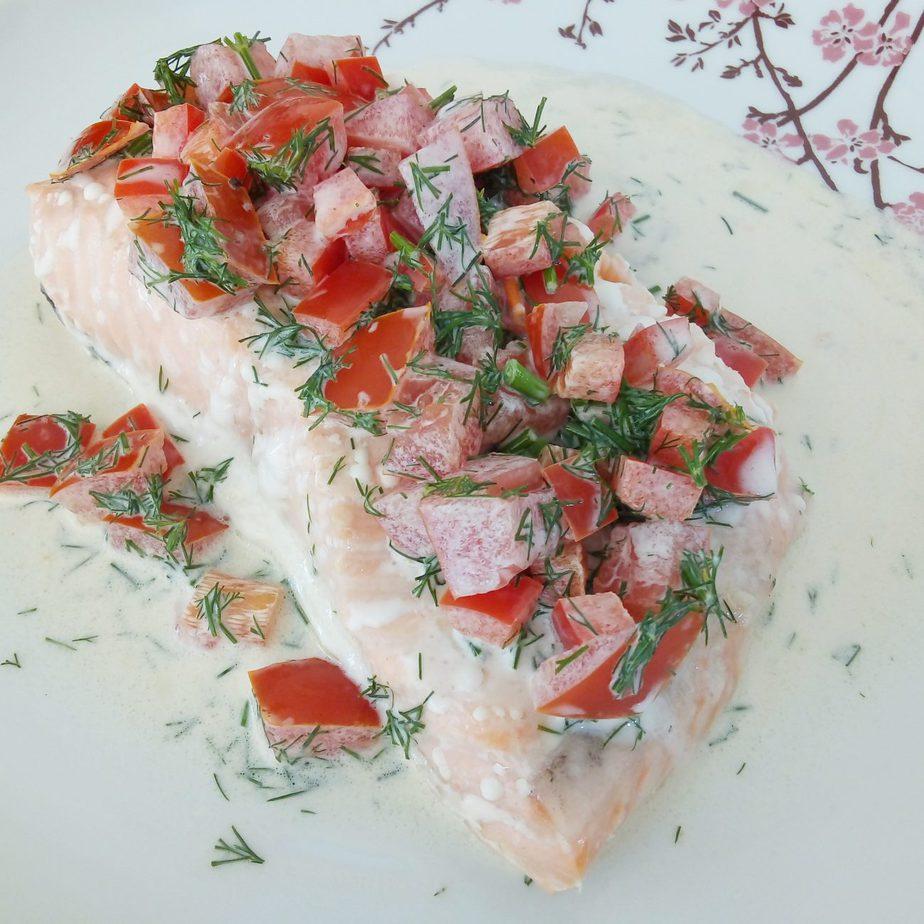 Σολομός φούρνου με δροσερή σάλτσα