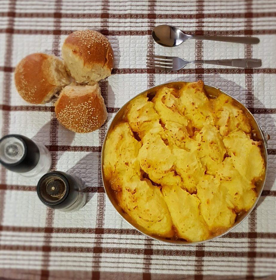 Πουρές φούρνου με χωριάτικα λουκάνικα