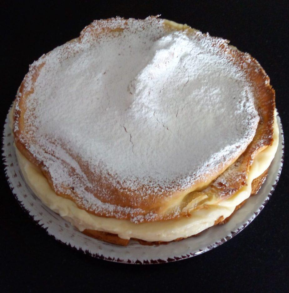 Γλυκό ψυγείου με κρέμα και ζάχαρη άχνη
